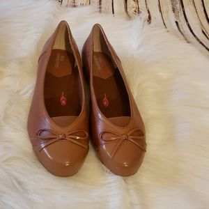 NWOB Ros Hommerson Tan Oriel Ballet Flats with Bow